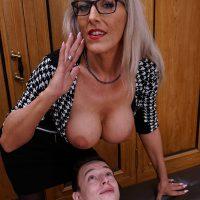 Lana Vegas, cougar blonde hypnotise avec ses gros nichons